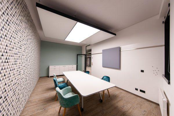Referenz: sblum GmbH Besprechungsraum mit Kühldecke als Deckensegel mit Licht
