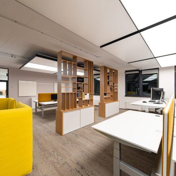 Referenz: sblum GmbH Ansicht des IT-Büros mit Licht