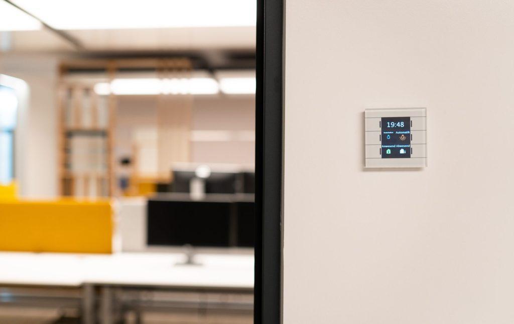 1017 2018 interpanel blum referenz 1024x647 - Arbeitsschutz: 10 Maßnahmen für einen kühlen Kopf bei Hitze im Büro