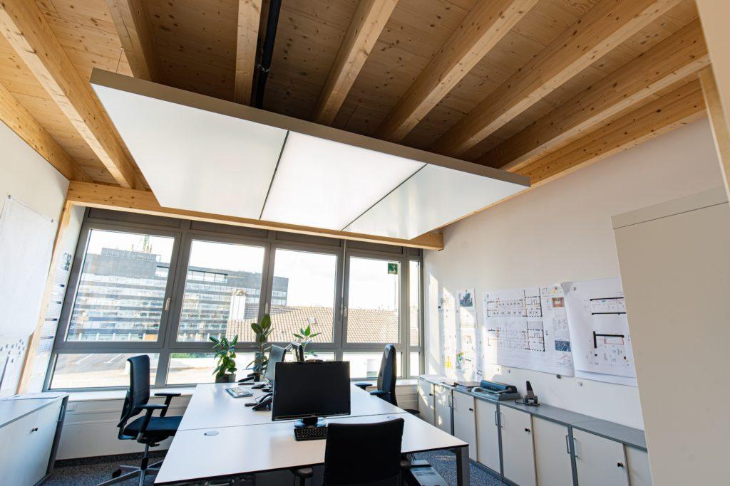 ABW Architekten Heiz Kühldecke mit Licht und Akustik von interpanel 05 1024x683 - Arbeitsschutz: 10 Maßnahmen für einen kühlen Kopf bei Hitze im Büro