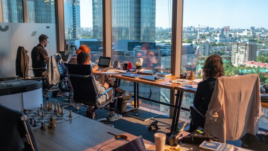 Büroarbeitsplatz vor dem Fenster 1024x576 - Temperaturen am Arbeitsplatz messen und bewerten